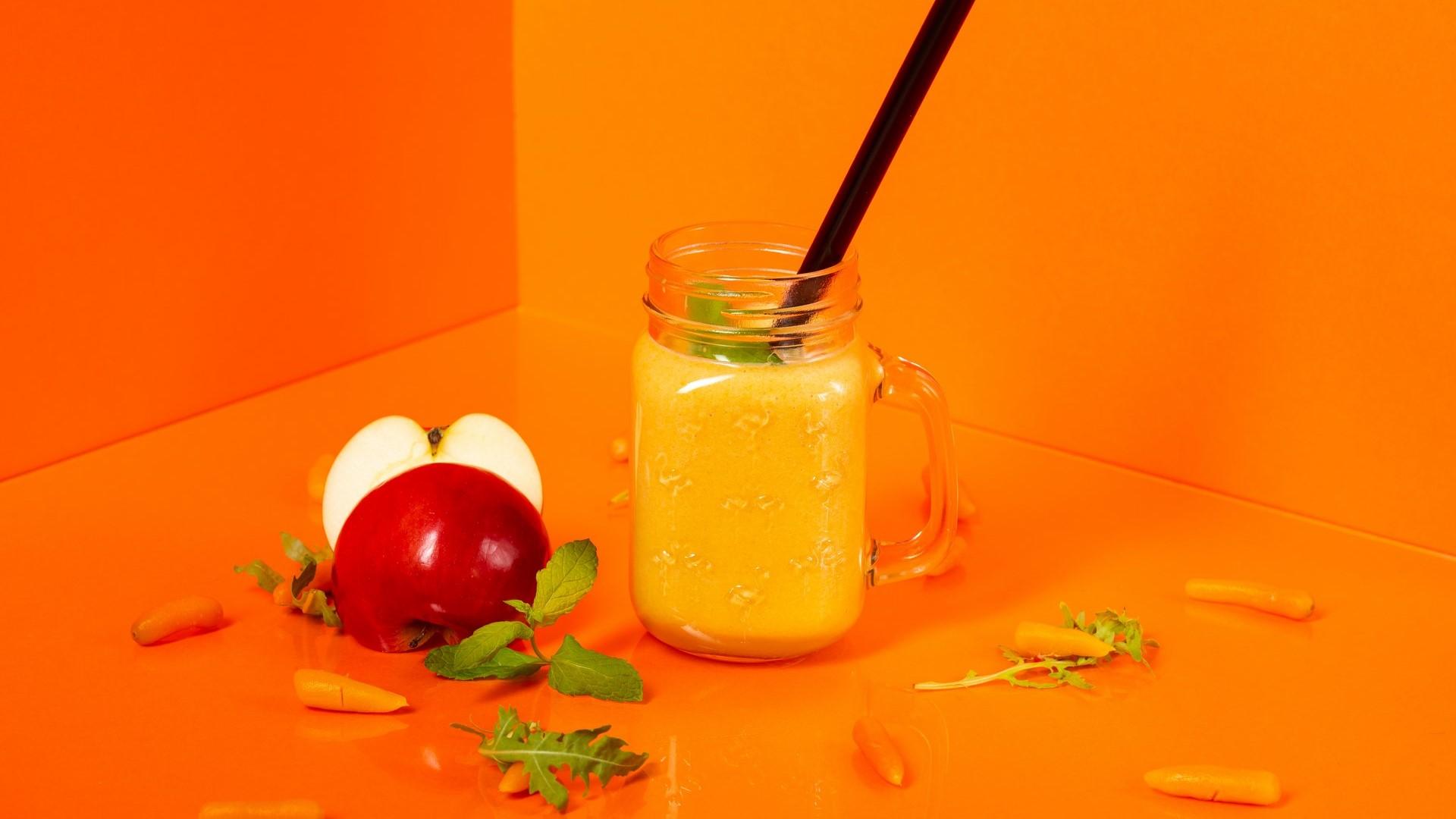 Édes smoothie sárgarépával, almával és mézzel recept